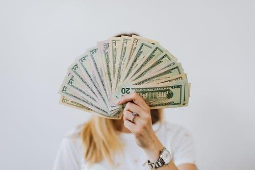 žena peníz