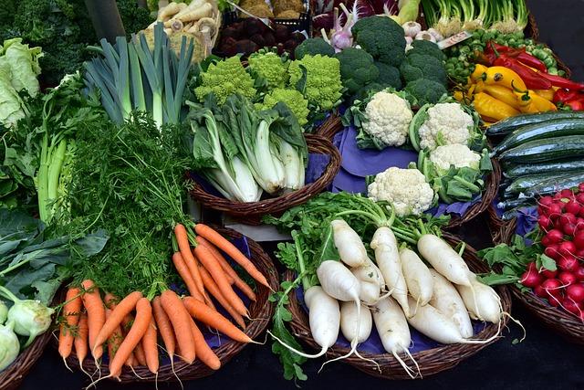 zelenina ve stánku v tržnici