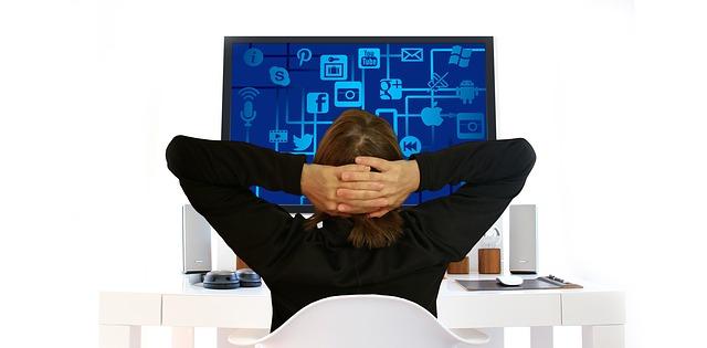 žena u monitoru.jpg